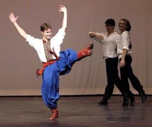 Foto 4 – Scena teatrale con balletto cosacco in abiti tradizionali           (http://angela--angela.blogspot.it/2007/02/cosacchi.html)