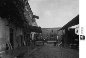 Camera Comm II serie, b 636-1, cortile ditta Furga, 1924